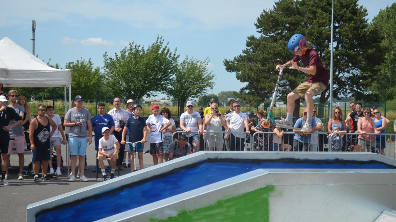 Le skate park c'est un pump track (parcours BMX) et différents modules pour le skate et la trottinette.