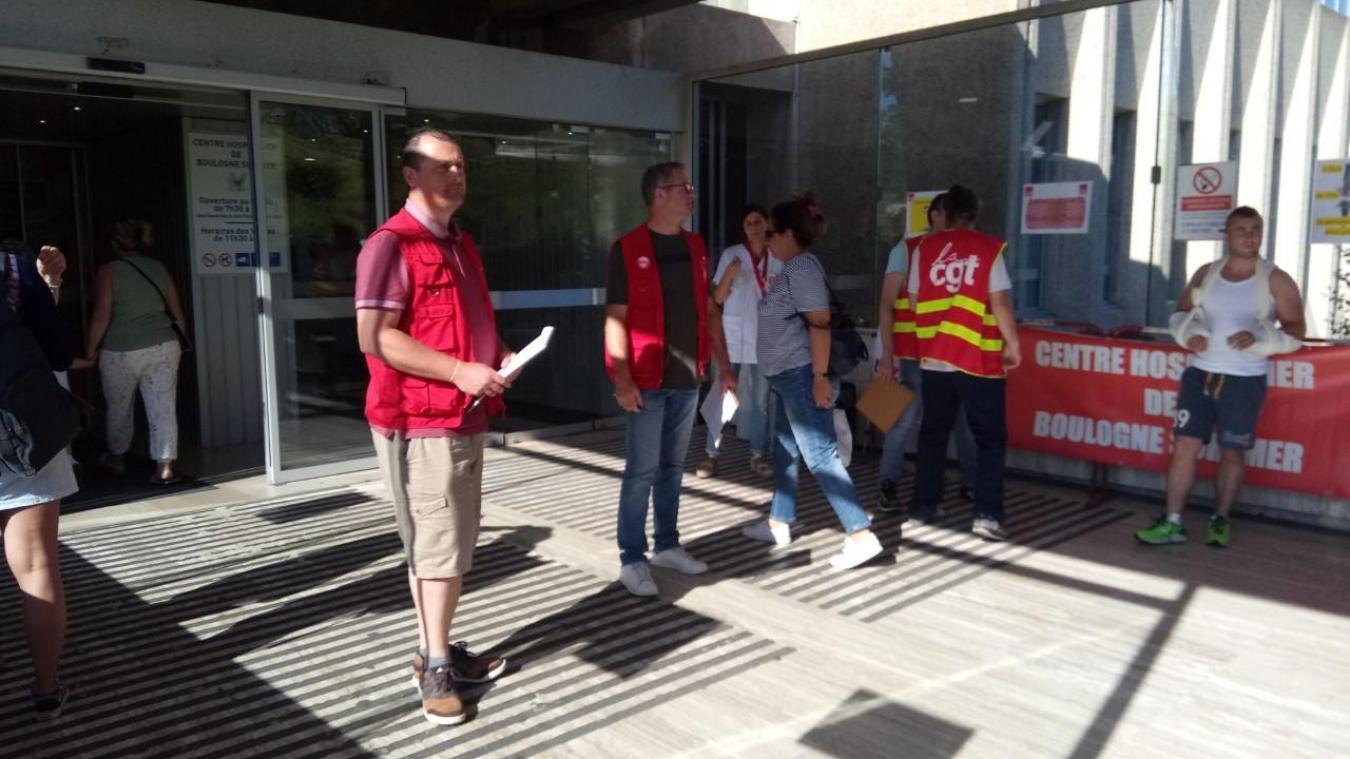 Mardi à la première heure, les syndicalistes étaient postés devant les portes du centre hospitalier.