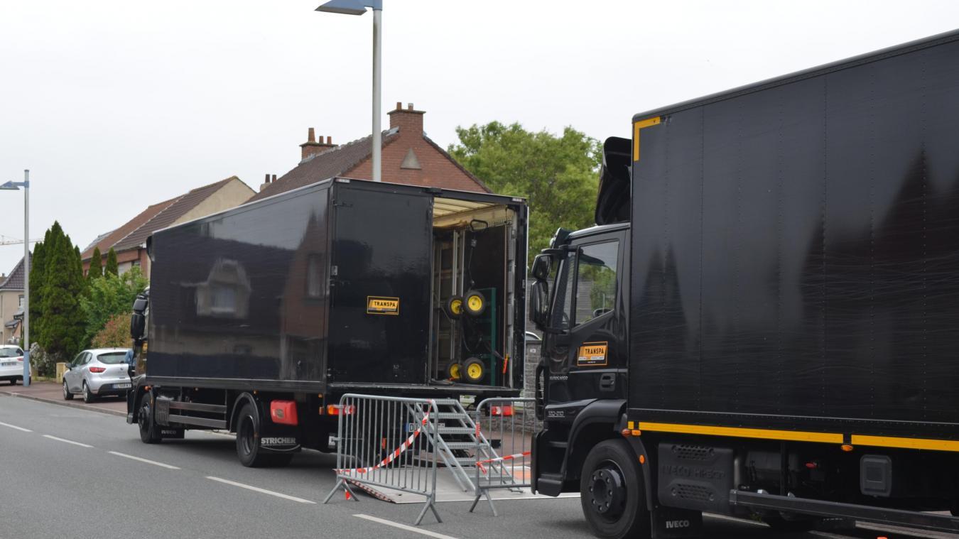 La maison était entourée de barrières et de camions de la production, permettant de délimiter la zone et d'empêcher l'accès au public.