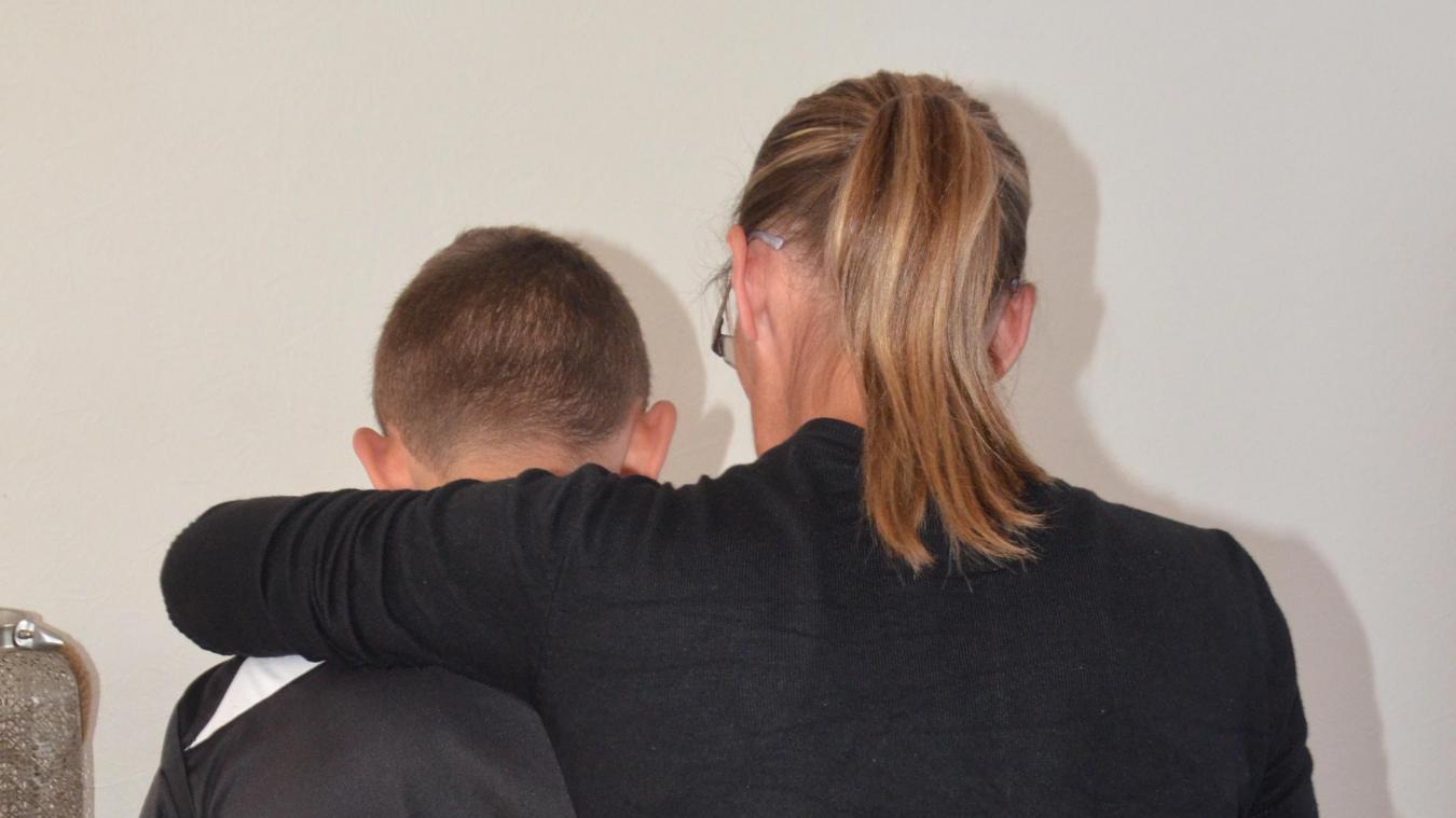 Mélanie enlace son fils, Medhi, comme pour mieux le protéger de ce qui lui est tombé dessus ces derniers mois.