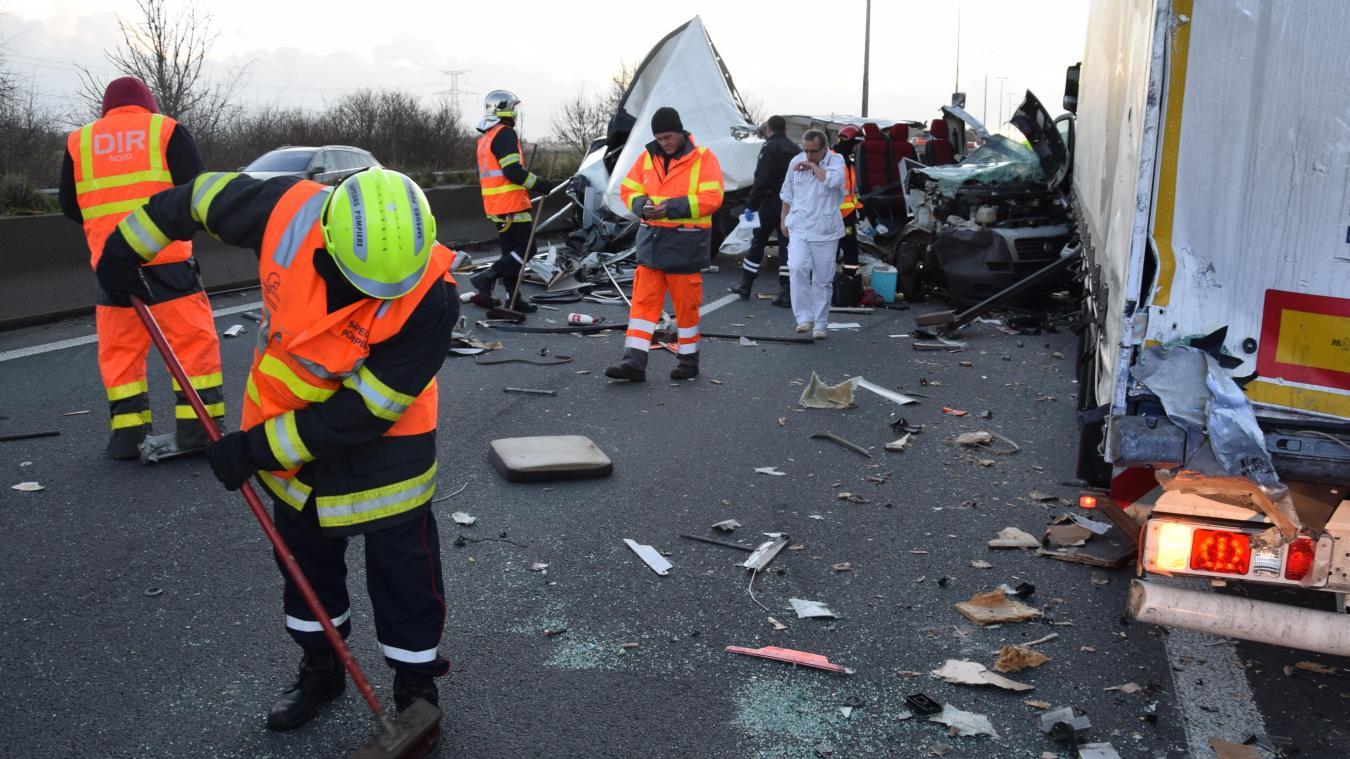 Difficile de savoir si le camion était garé ainsi ou si l'arrière a empiété légèrement sur la voie de droite suite au choc de l'accident.