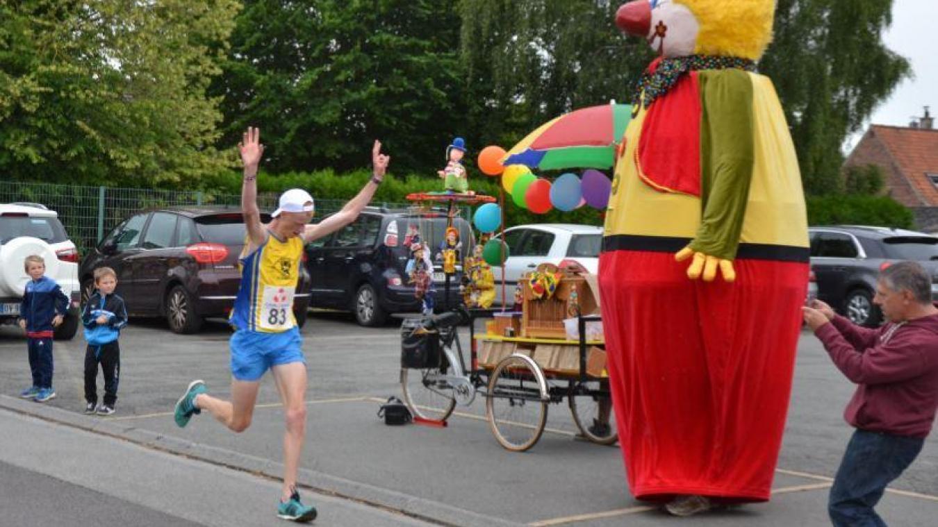 Les coureurs ont animé les rues de Steenbecque (photos et vidéo)