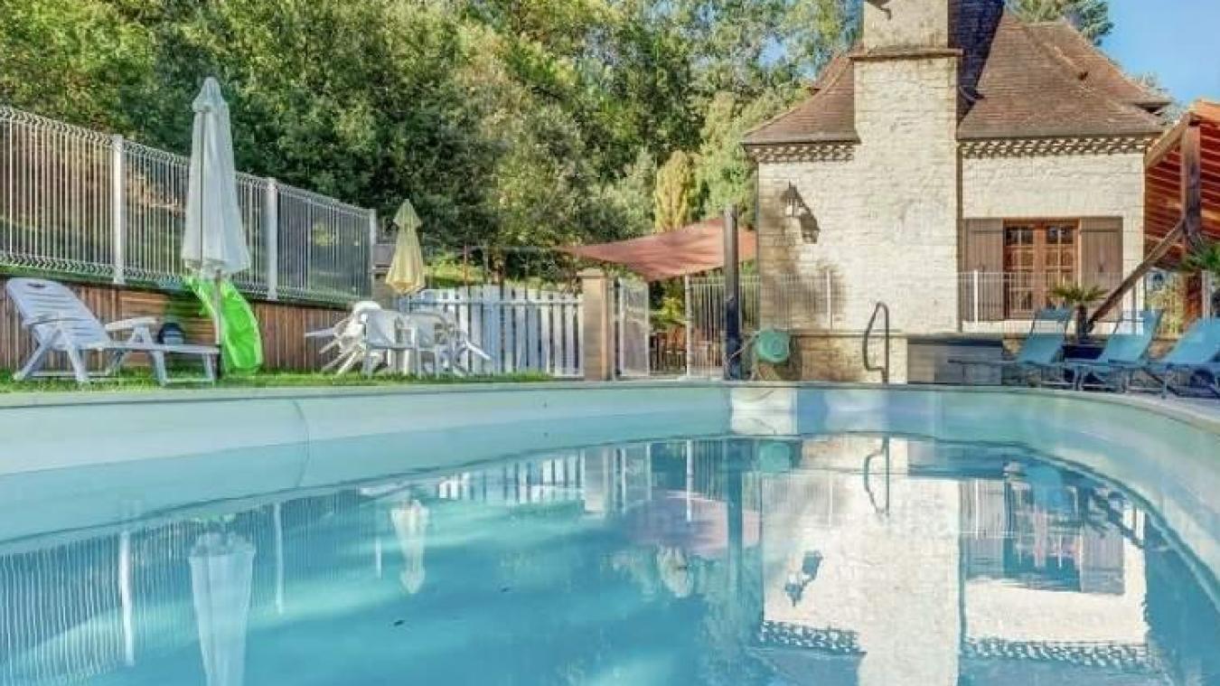 L'une des maisons recherchées doit posséder une piscine extérieur.
