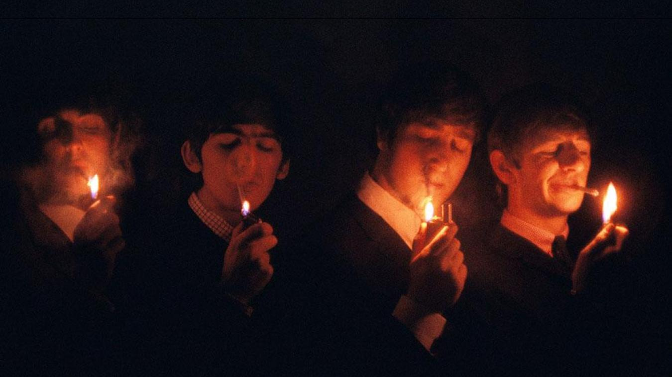 Les-Beatles-a-la-cigarette-France-1964