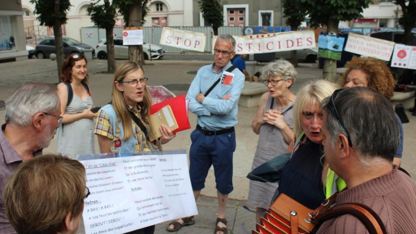 Les militants d'Attac se sont rassemblés pour chanter contre les pesticides, place Gustave Charpentier.