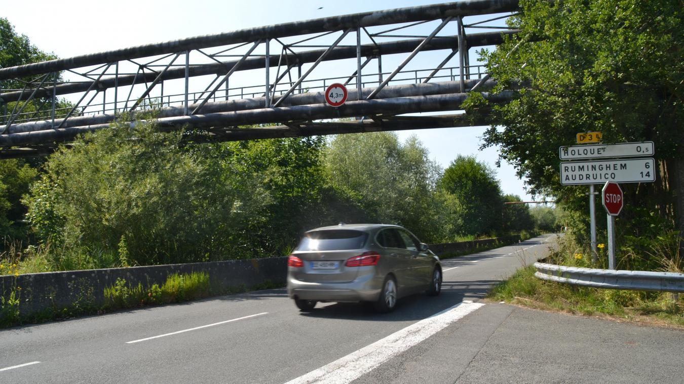 C'est en passant sous ce pont que quelques conducteurs ont eu une sacrée frayeur. Ils racontent avoir aperçu des jeunes sur le pont juste avant l'impact.