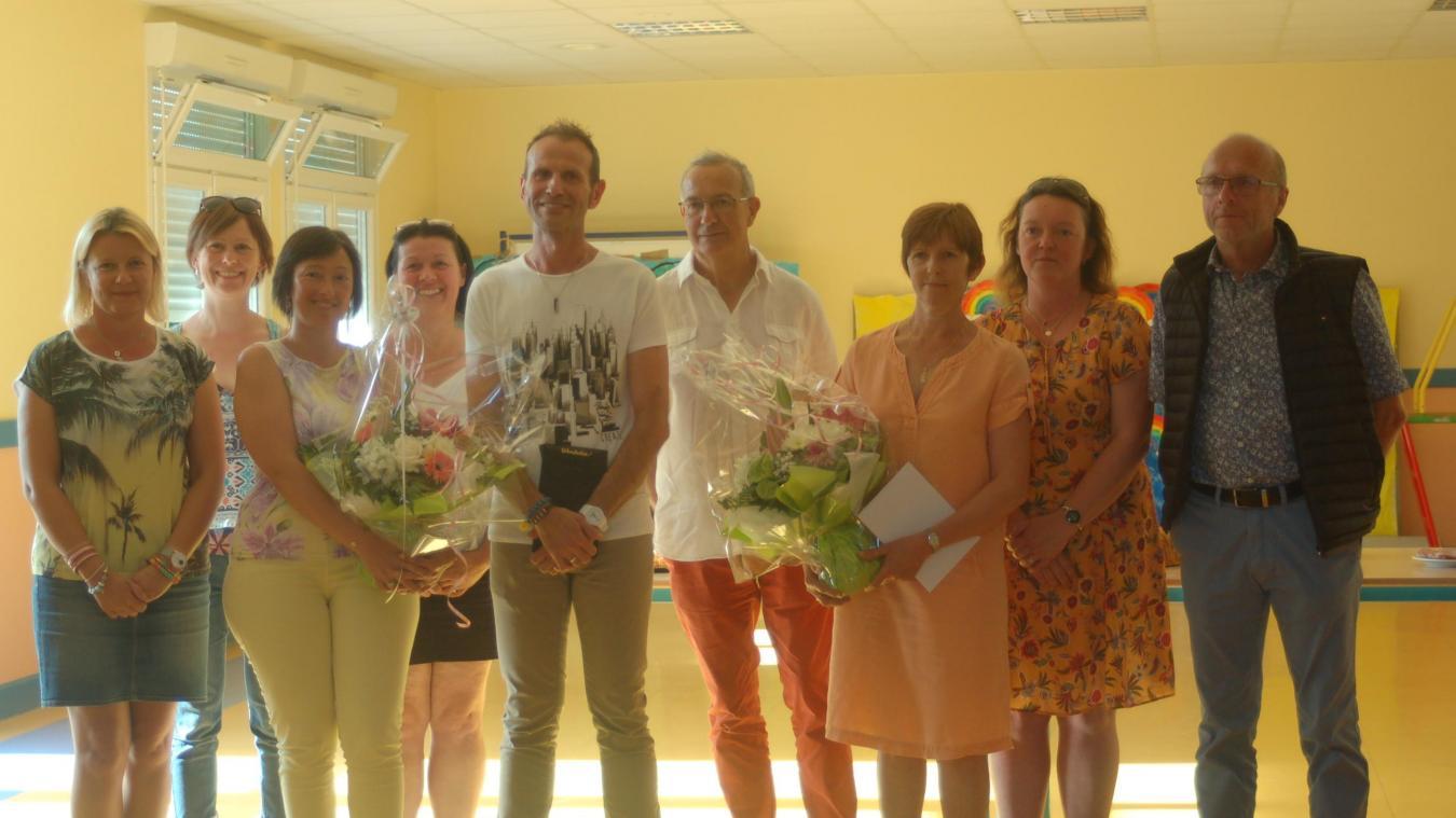 M. Choquet et M me  Delbé entourés de l'équipe enseignante et d'Alain Massez, maire.