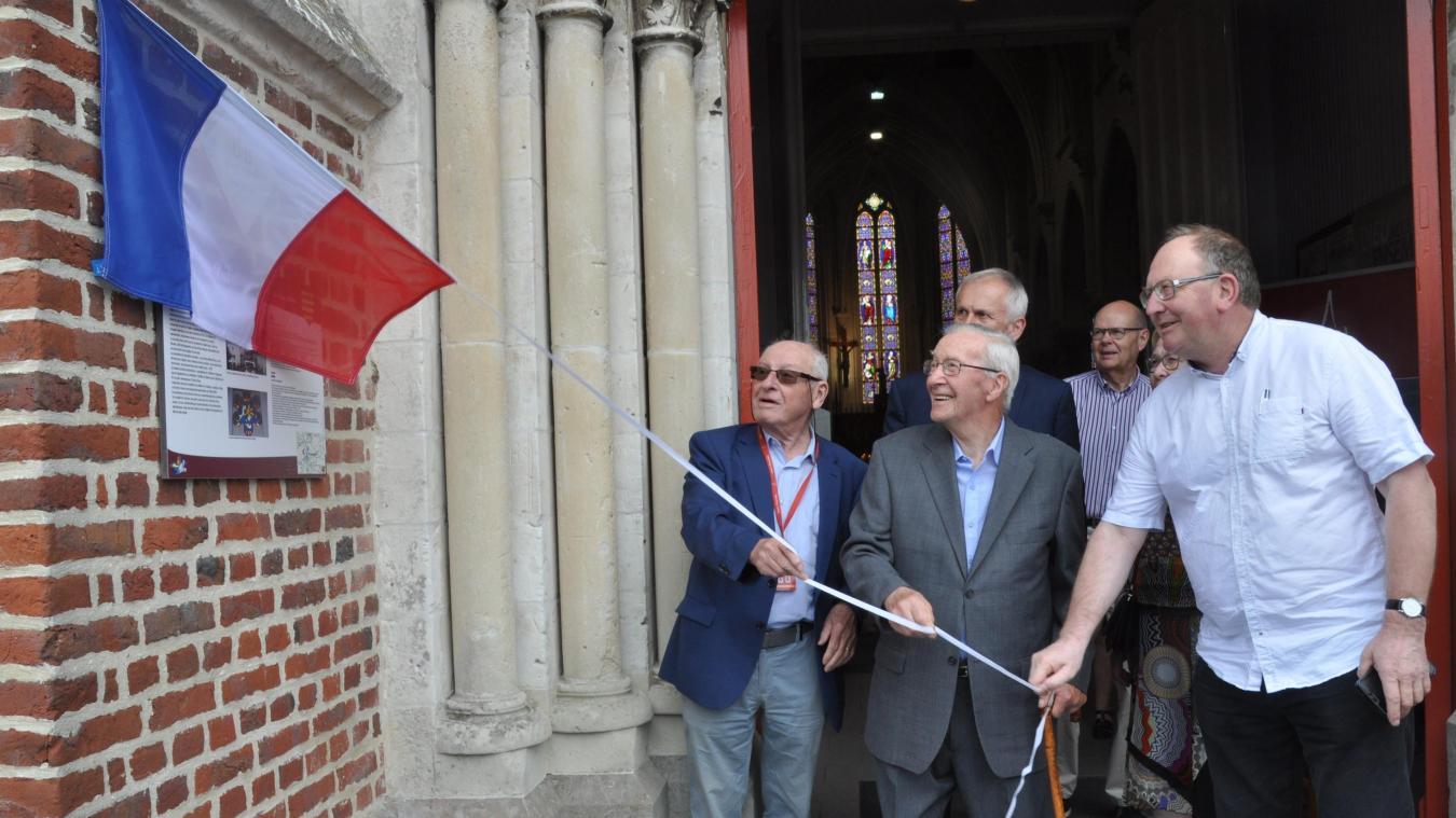Michel Tillie, Marcel Bertin et l'abbé Denis ont récemment dévoilé la plaque située à l'entrée de l'église roquestorienne.