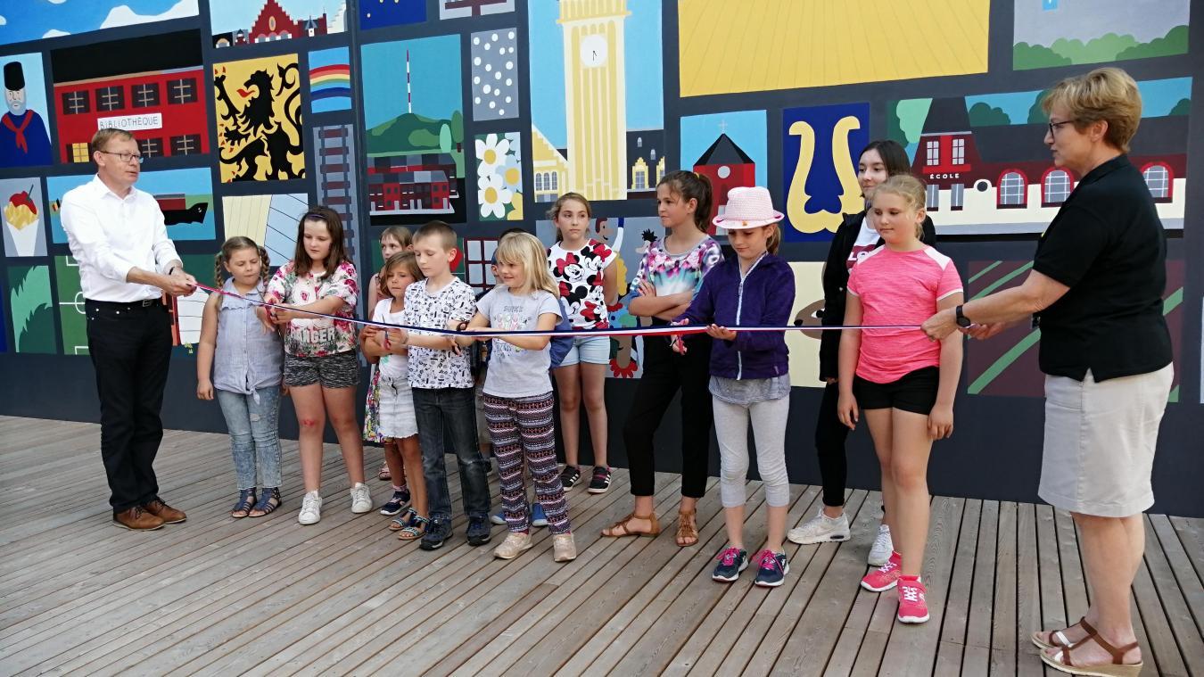 Les enfants ayant participé au projet de la fresque peinte sur le mur de la CCFI, à Hazebrouck, étaient présents lors de son inauguration, le 8 juillet.