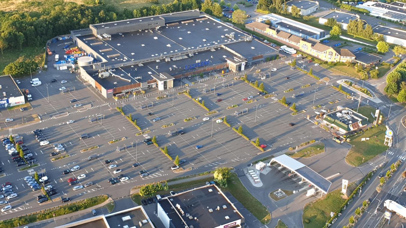 Vue aérienne du Carrefour Dainville où les individus ont agressé quatre adolescents sur le parking, le 18 mars dernier au soir.