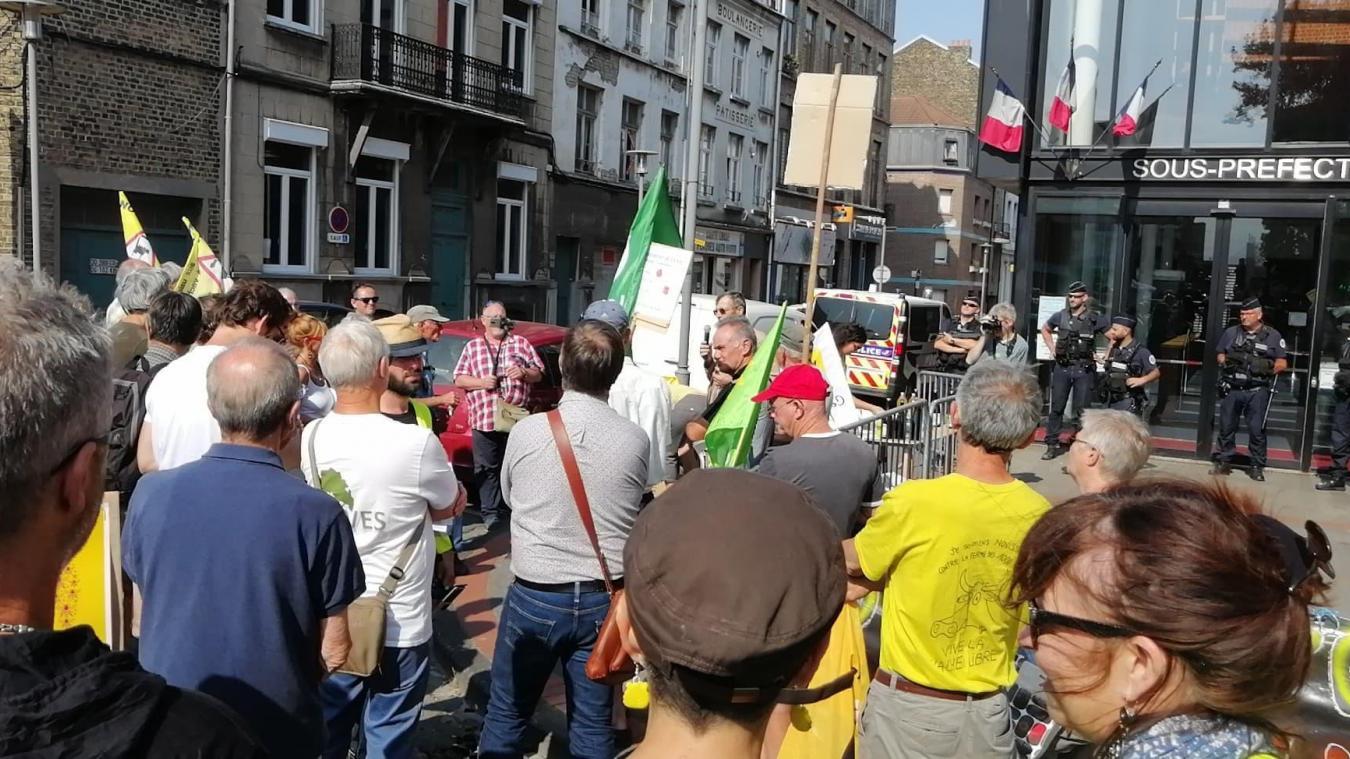 Une petite centaine d'opposants au projet de poulailler se sont rassemblés devant la sous-préfecture.