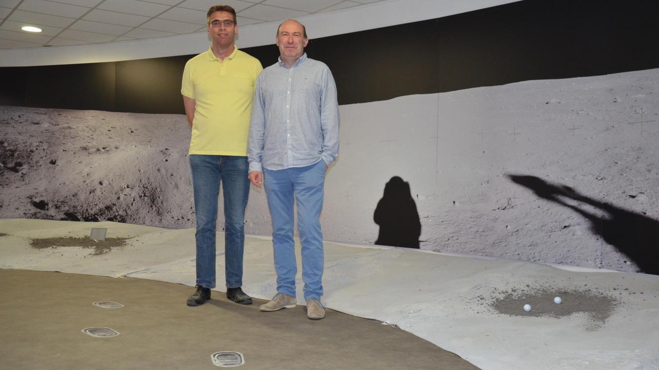 Les deux commissaires d'exposition, Nicolas Fiolet (à gauche) et Laurent Seillier, devant la photo panoramique située à l'entrée de la Coupole, avec derrière eux l'ombre d'Armstrong.