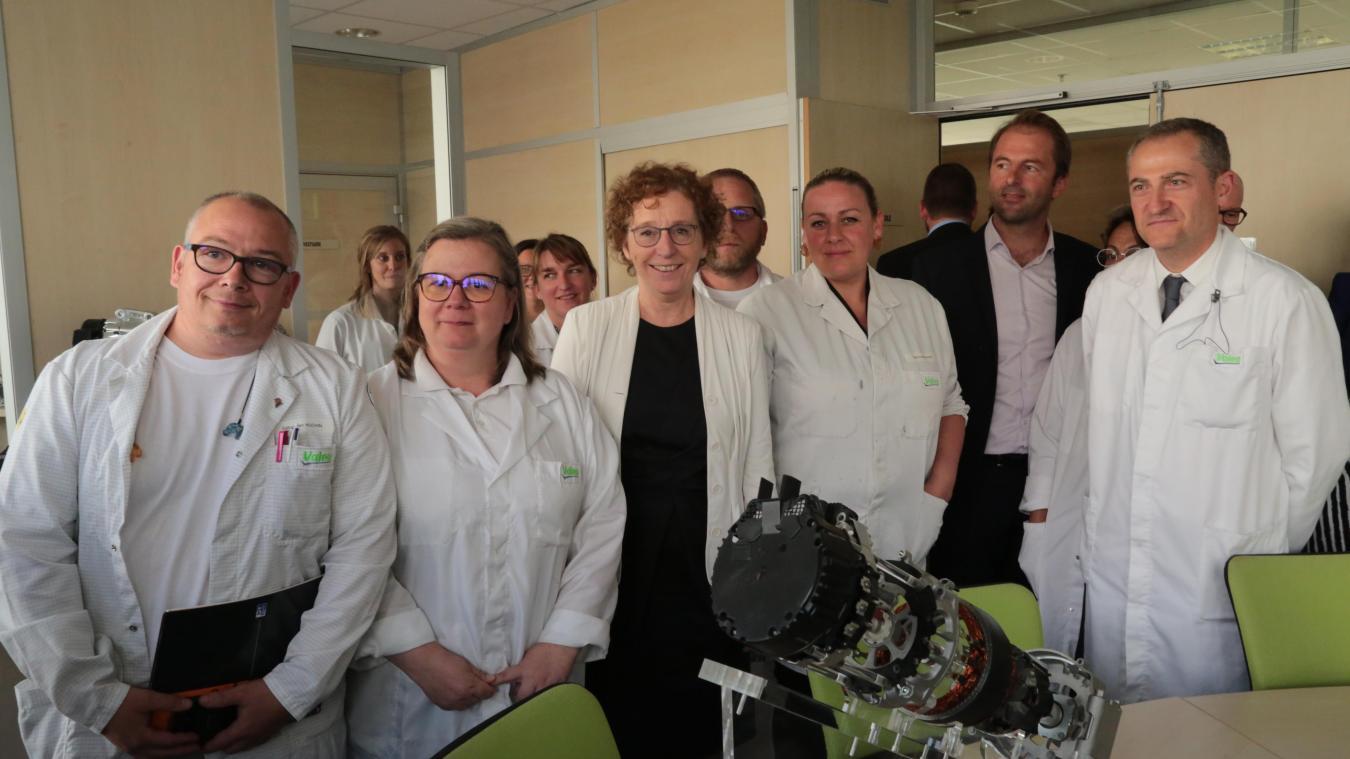 Dès son arrivée à l'usine Valeo d'Étaples, Muriel Pénicaud a eu l'occasion de s'entretenir quelques instants avec les représentants des syndicats.