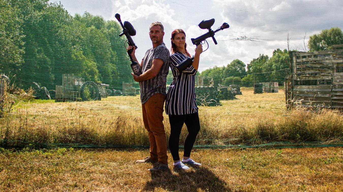 Angelo et Natacha Da Silva Gomez, ex-chômeurs, fêtent les un an de leur terrain de paintball.