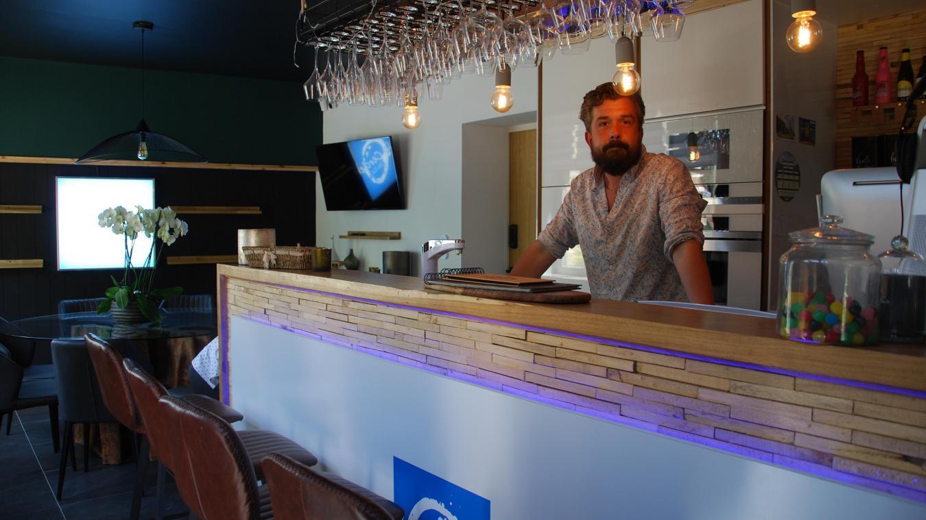 Julien Marissiaux est le propriétaire des lieux et le président de l'association Le Cercle St-Eloi qui gère le café.