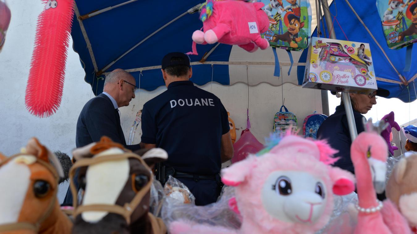 Jean-Pierre Nello, directeur départemental de la DDPP, a fait le tour du marché pour vérifier la conformité des commerçants.