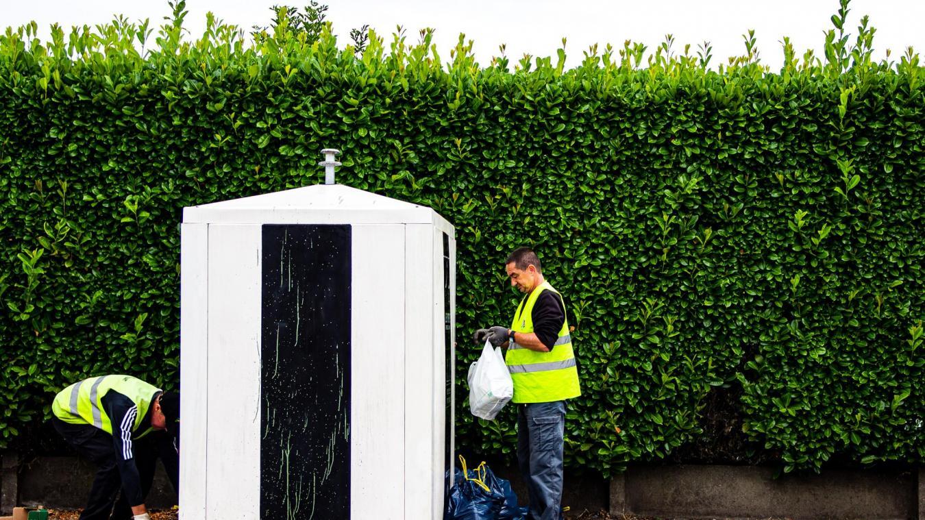 Eddy et Laurent, les deux agents de la propreté urbaine, ramassent chaque jour jusqu'à deux tonnes de dépôts sauvages.