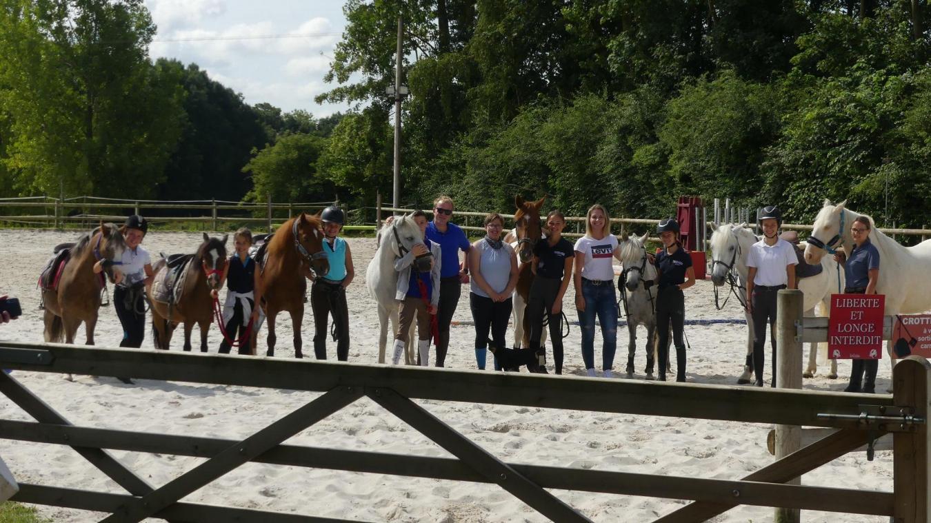 Les 9 cavaliers seront accompagnés par leurs familles mais aussi les deux coachs de l'écurie, Élodie Alaj et Benoît De Saint Pern.