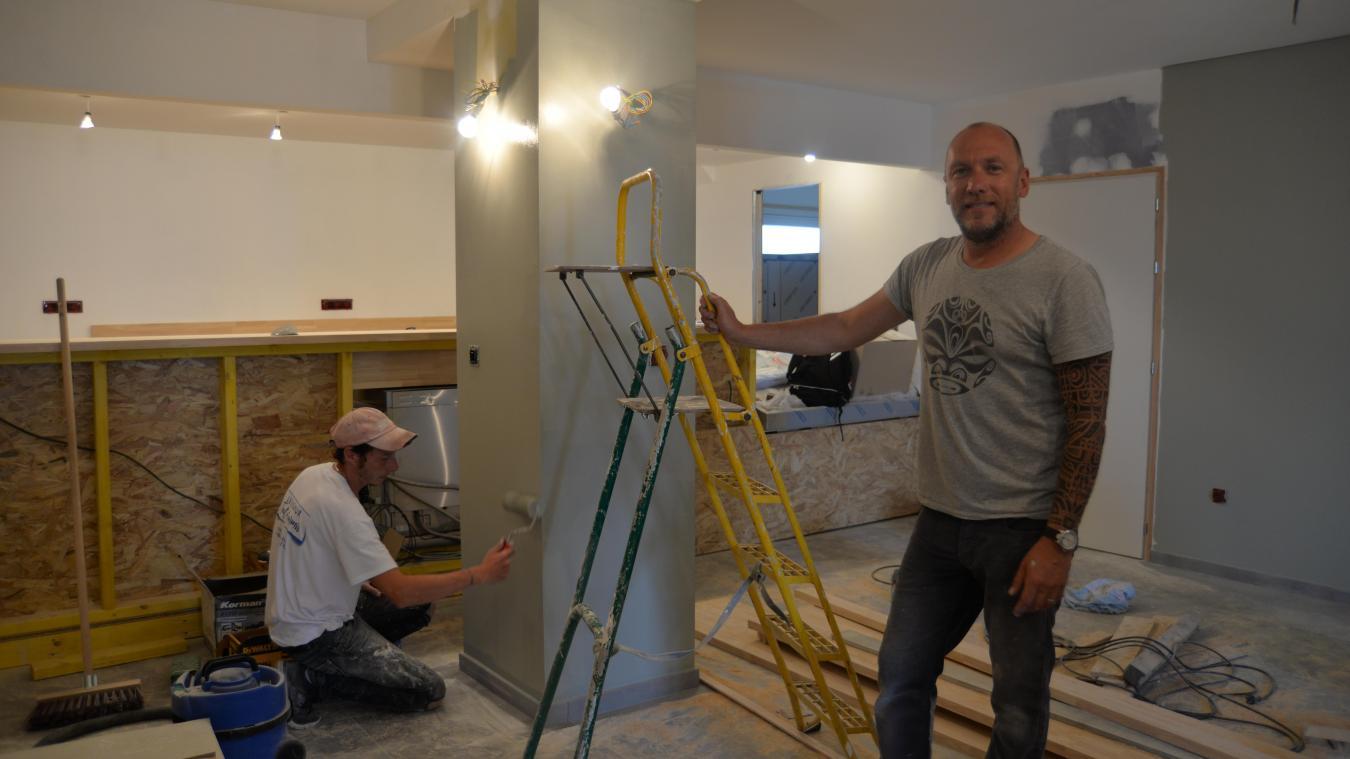 Thomas Guffroy a la tête dans les travaux et s'attelle en ce moment même aux finitions de son nouveau bar-restaurant.