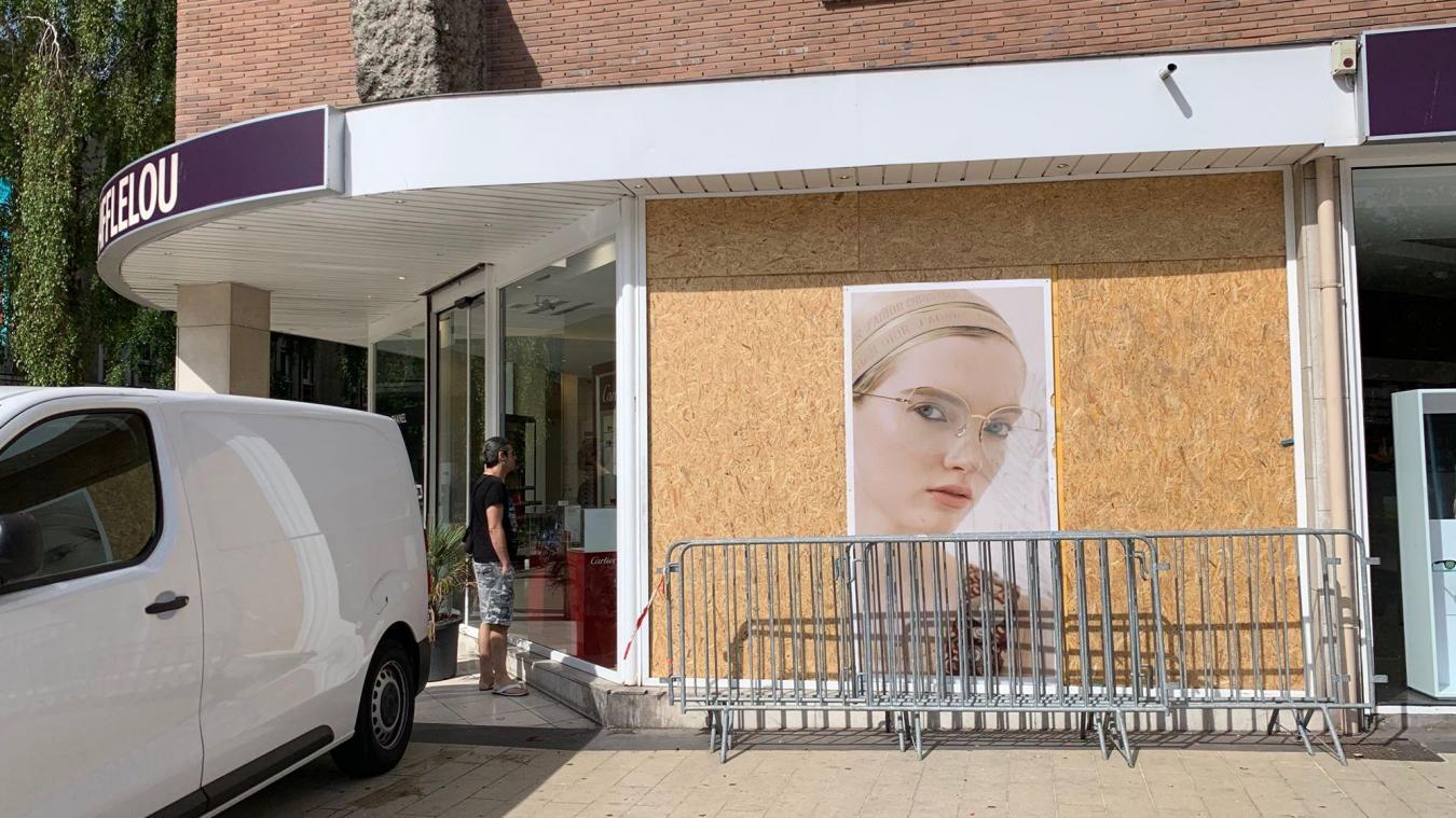 Ce lundi matin, le responsable du magasin évaluait les dégâts.