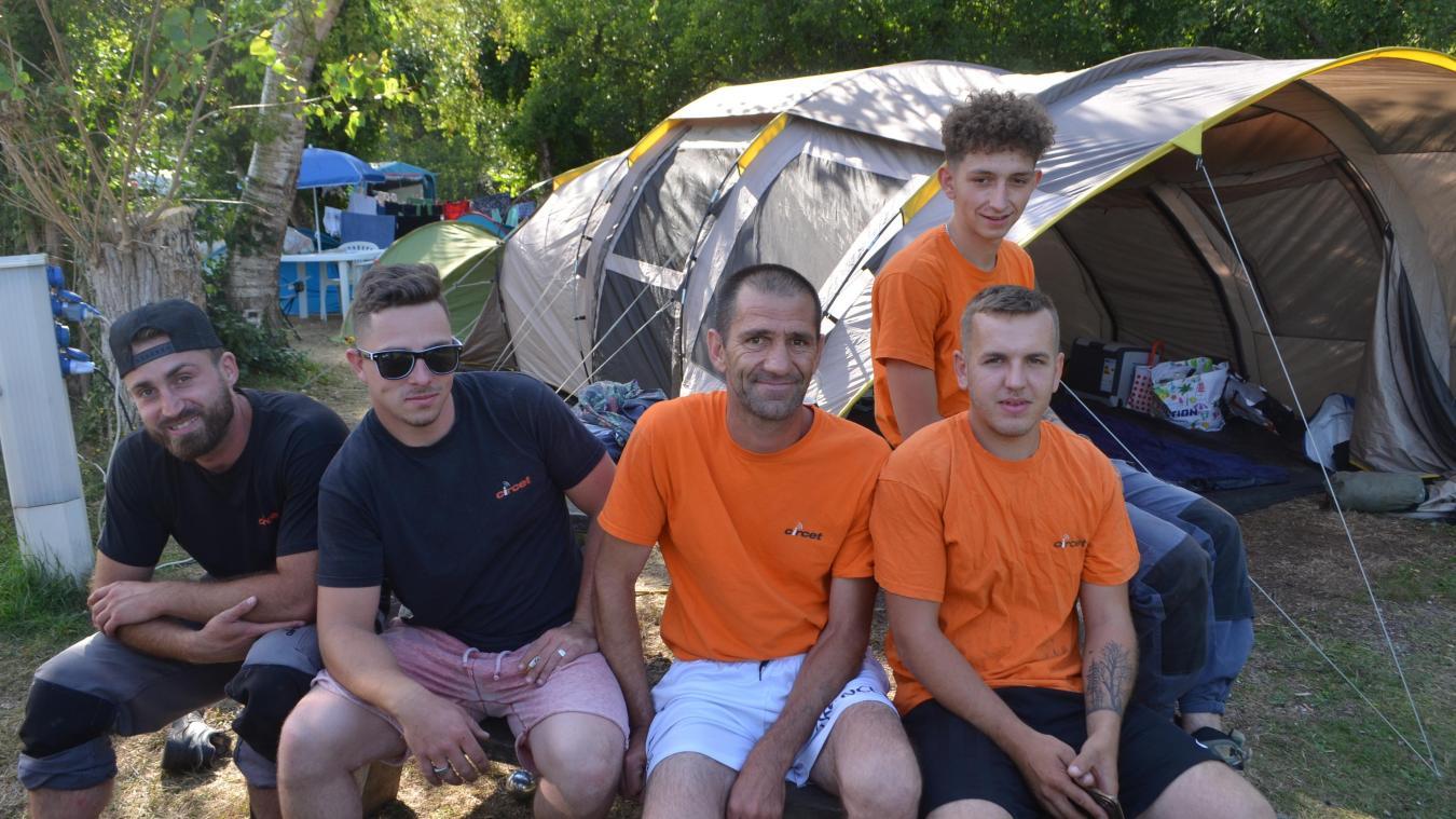 Ils travaillent sur des chantiers de telecommunication et ont choisi le camping pour l'ambiance mais aussi pour le prix.