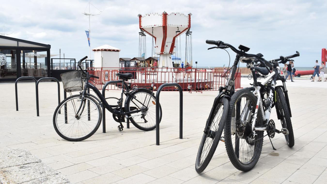 C'est à l'emplacement à vélos, au bas de l'escalier, près du carrousel en début de digue, que les vélos des deux frères ont été volés.