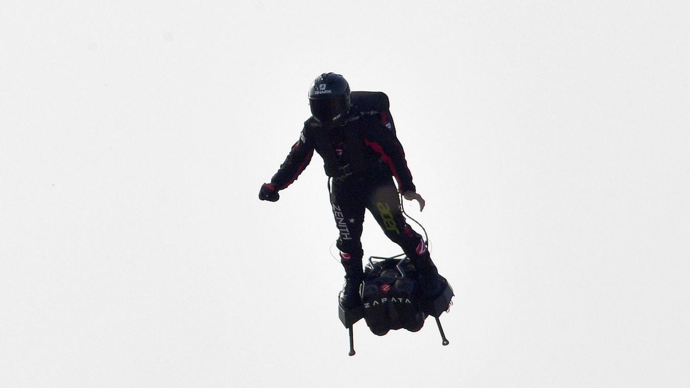 Lors du ravitaillement sur le bateau, dans la Manche, il est arrivé trop vite, et a heurté le support avec son flyboard.