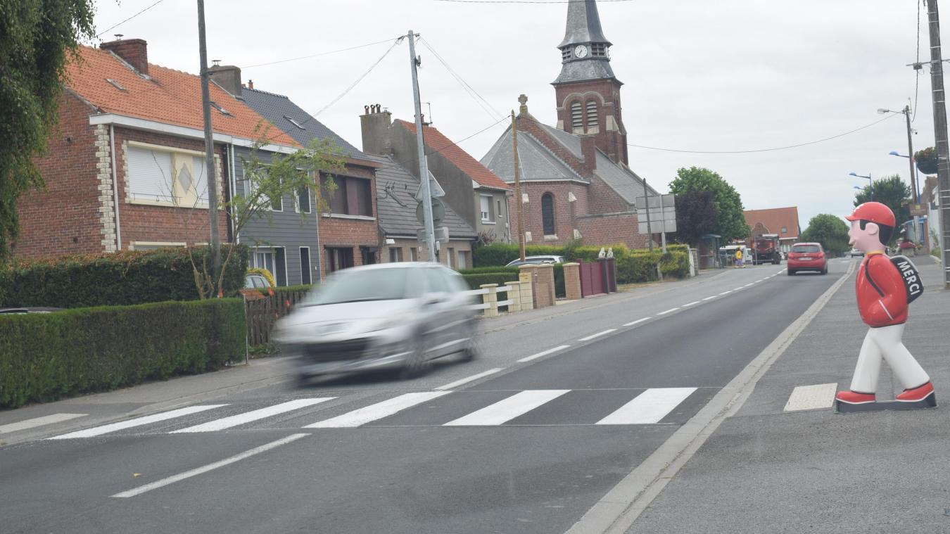 Mardi 9 juillet, les cinq passages piéton de la rue Nationale, aux Moëres, ont été repeints.