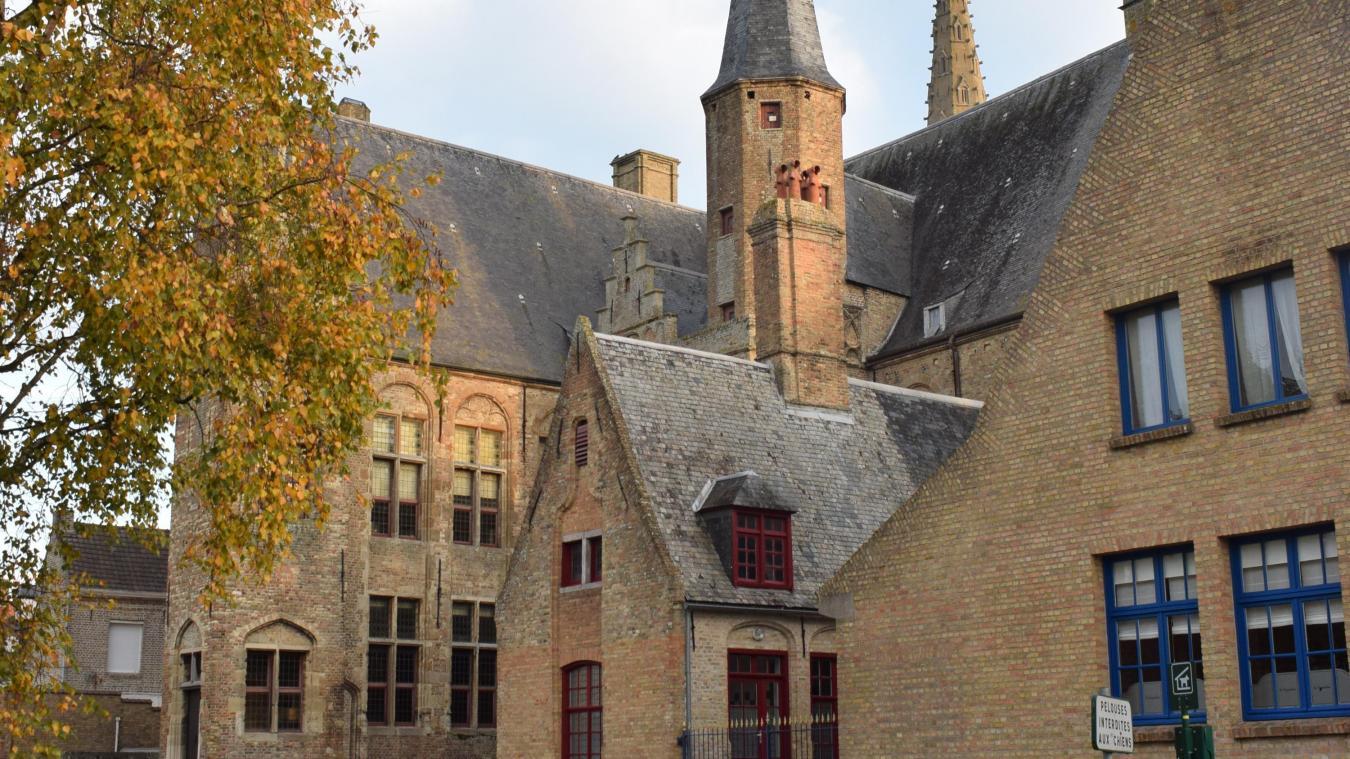 La toiture de l'hôtel de ville, construit au XVI e  siècle, nécessite divers travaux de restauration, du traitement de l'humidité de la charpente au changement de la couverture en ardoise.