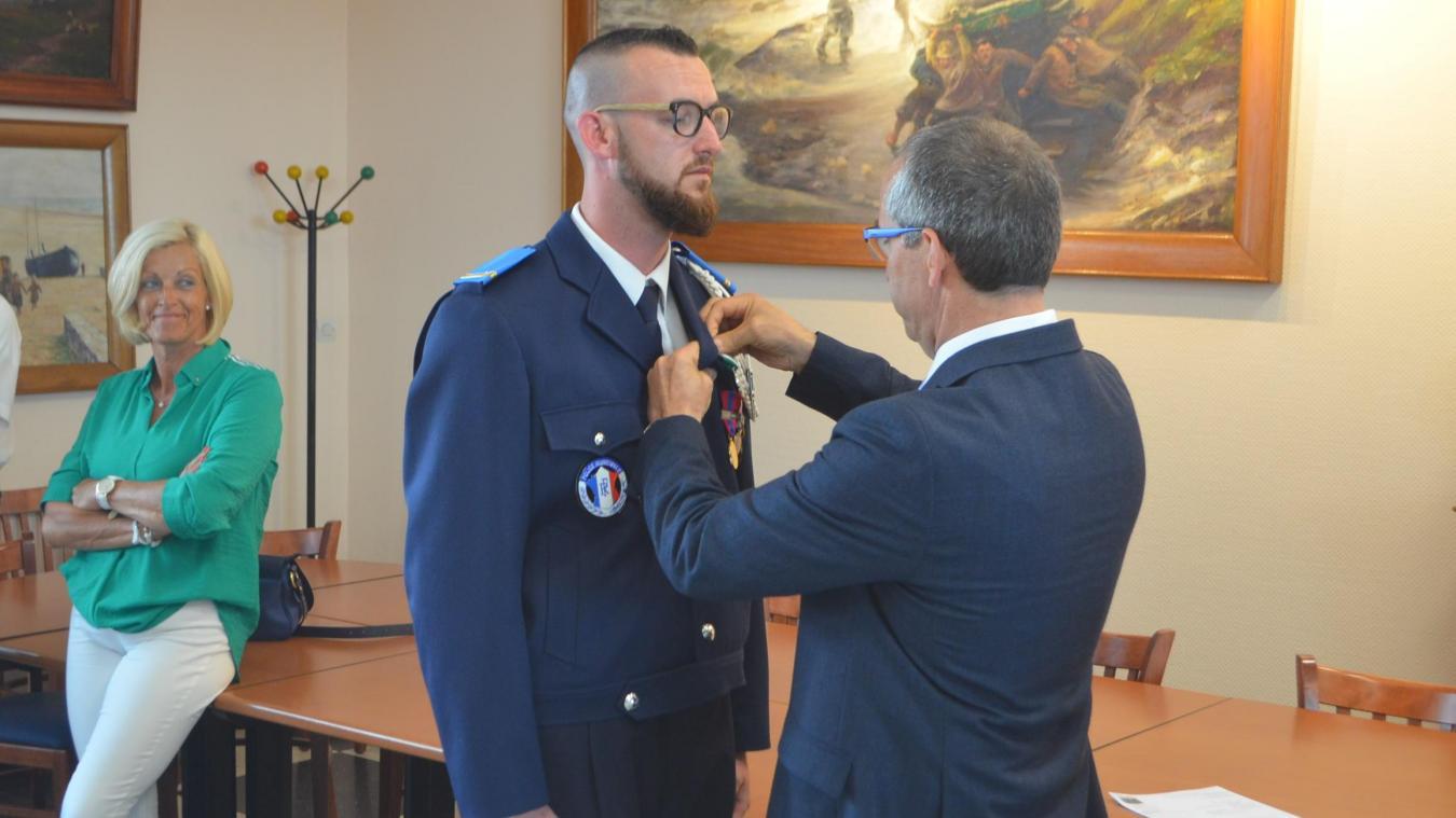 Le sous-préfet de Boulogne, Jean-Philippe Vennin, a remis une médaille de bronze à Jimmy Decorte pour acte de courage et de dévouement.