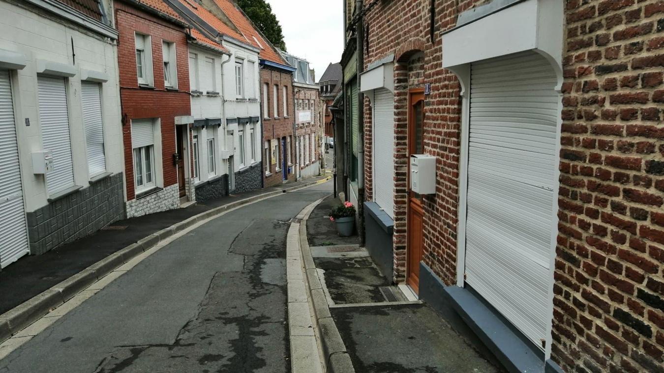 Plusieurs persiennes ont été dégradées dans la nuit de vendredi à samedi, dans la rue du Château, à Cassel.