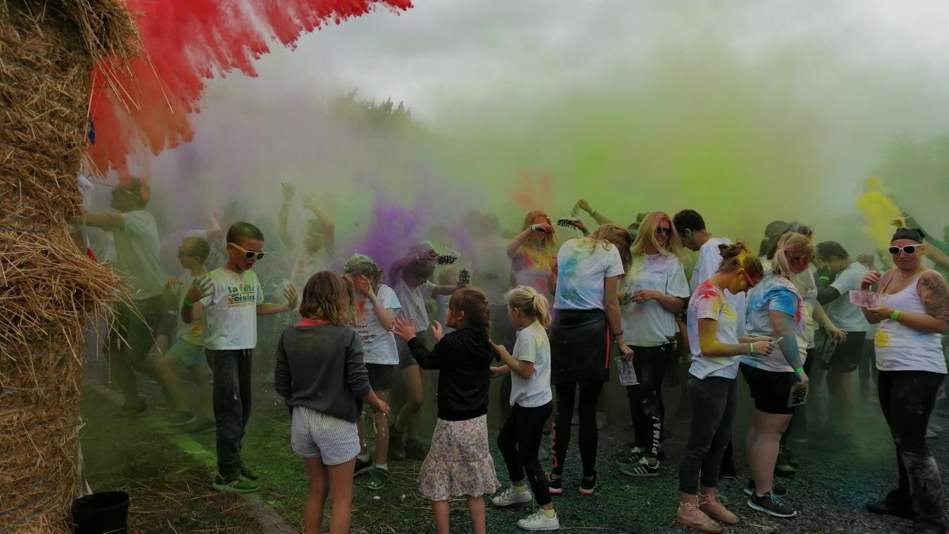 Quand il n'y en a plus, il y en a encore ! À l'arrivée, les participants de la color run de Berthen ont pu mettre le paquet...de couleurs !