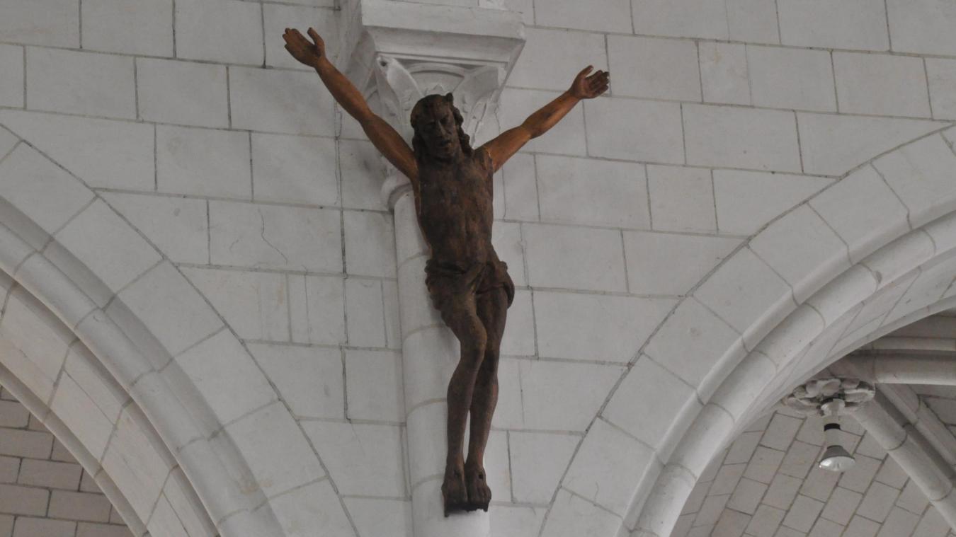 La statue du Christ a été placée dans l'allée centrale de l'église.
