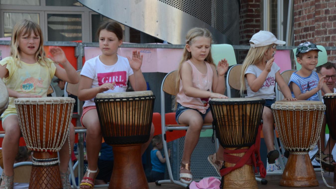 Les jeunes ont découvert les percussions africaines.
