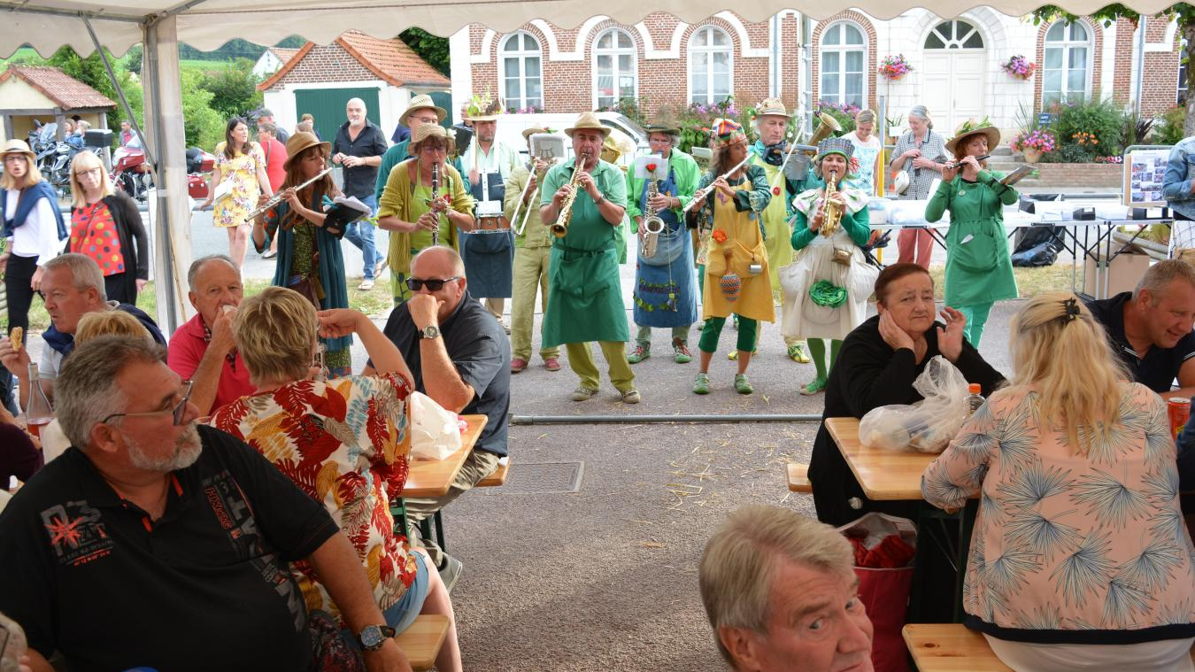 Tous les vendredis soirs, jusqu'au 16 août, la petite place de Montcavrel est le théâtre d'un magnifique marché paysan animé.