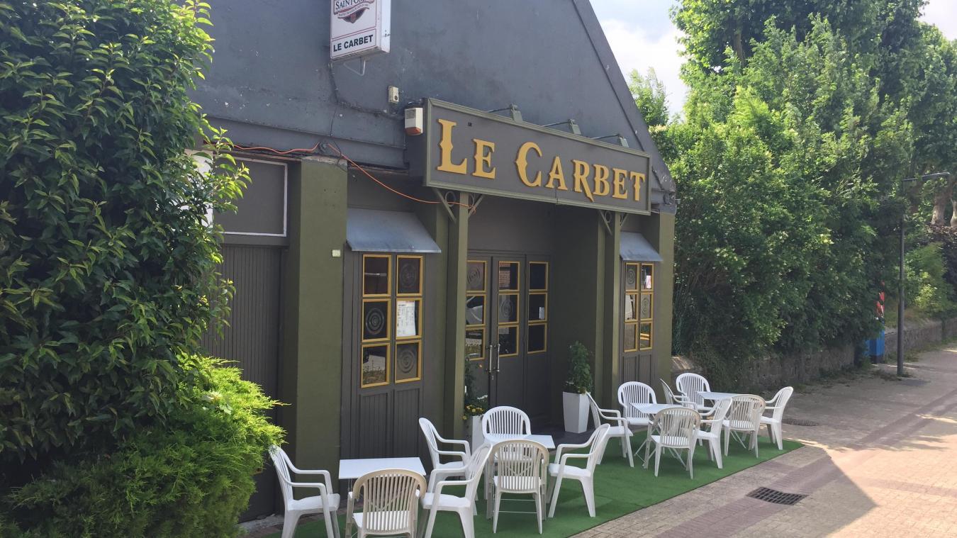 Le Carbet se situe rue Henri Hermant.