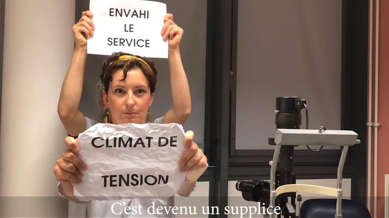Les figurants du clip sont tous membres du service des urgences et du Smur. Leur message est porté à l'aide de feuilles blanches.  Capture d'écran Youtube.