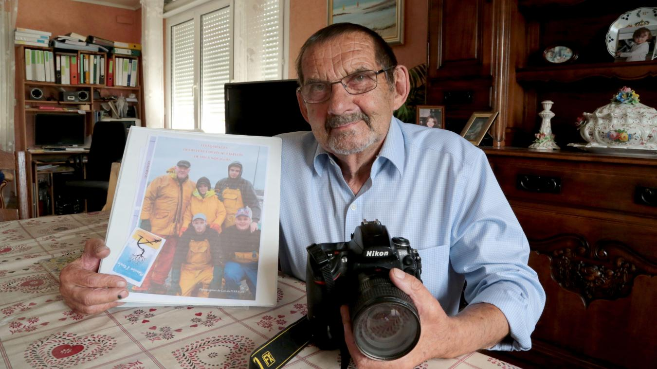 Gervais Perrault présente la maquette du futur recueil de photos consacré aux équipages de la flottille étaploise.