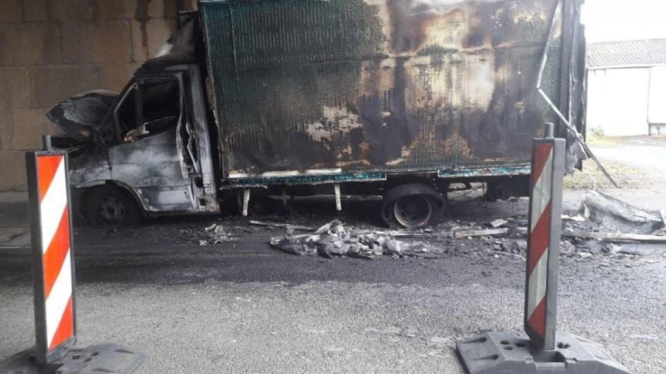 Il ne reste plus grand chose du camion frigorifique au lendemain des faits. La circulation n'est pas bloquée.