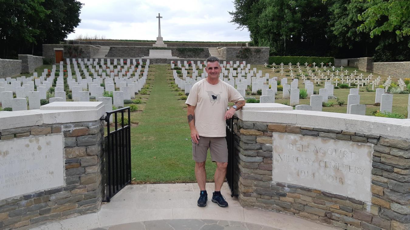 Les cimetières du Commonwealth n'ont plus de secret pour David Moore, qui vit la moitié de l'année dans le village.
