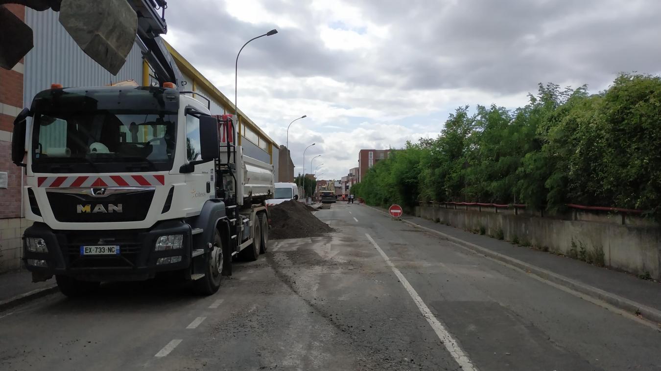 La rue Lalloux voit actuellement un balai de grue et de camions incessant pour sa réfection.