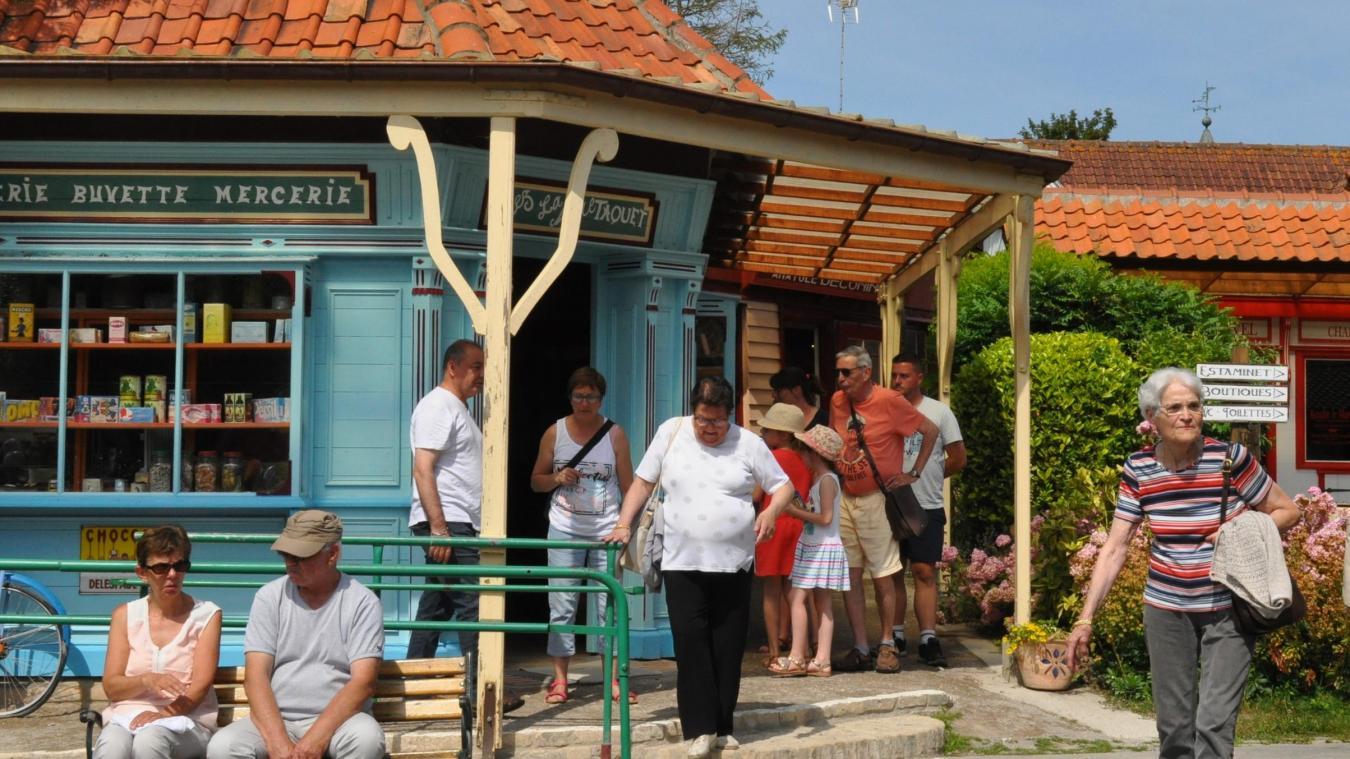 Les visiteurs se pressent devant les échoppes colorées.