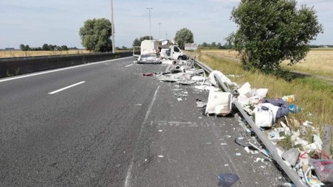 Le camping-car est éventré et ses morceaux s'étalent sur une quarantaine de mètres sur l'autoroute.