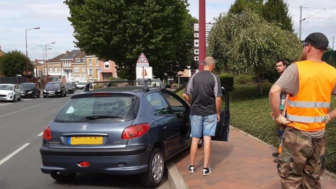 Le conducteur est arrivé en courant pour récupérer sa voiture qui a roulé quelques dizaines de mètres sans chauffeur près de la Poste d'Hazebrouck.