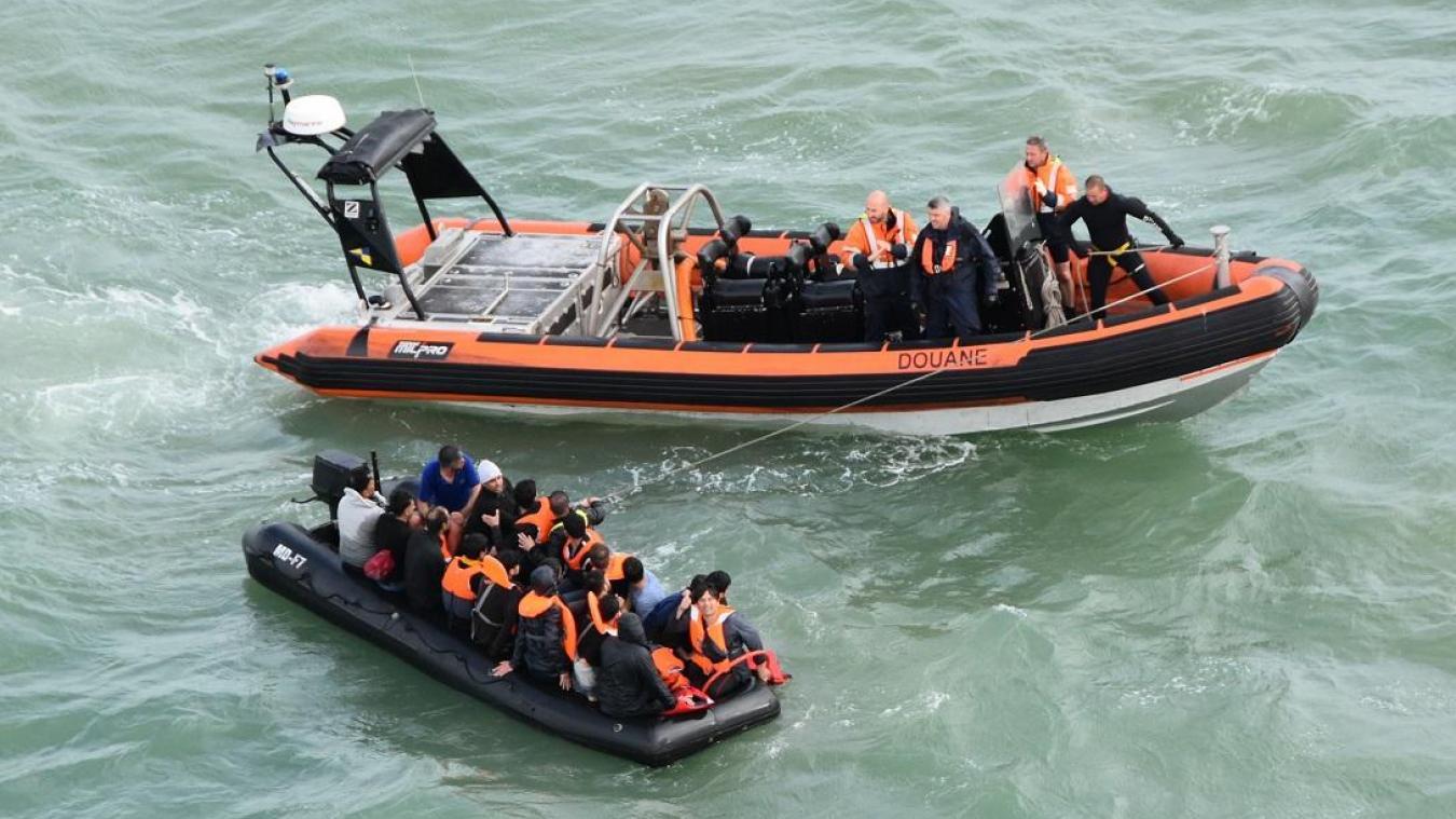 Le patrouilleur des garde-côtes (PGC) Jacques Oudart Fourmentin de la douane française ainsi que l'hélicoptère Dauphin de la Marine nationale ont été mobilisés. ©Marine nationale