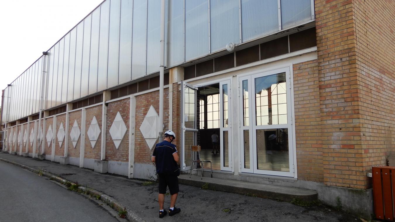 La salle Pacome est située juste derrière les remparts et les dépasse en hauteur.