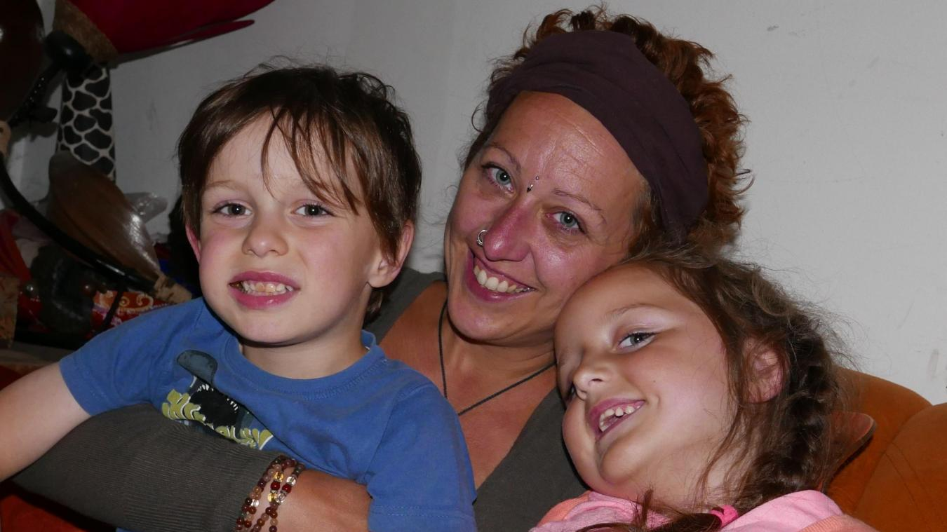 Louise habite Bailleul. Elle pose avec sa mère et son frère. La fillette de six ans souffre d'une maladie neuromusculaire qui l'empêche de marcher.