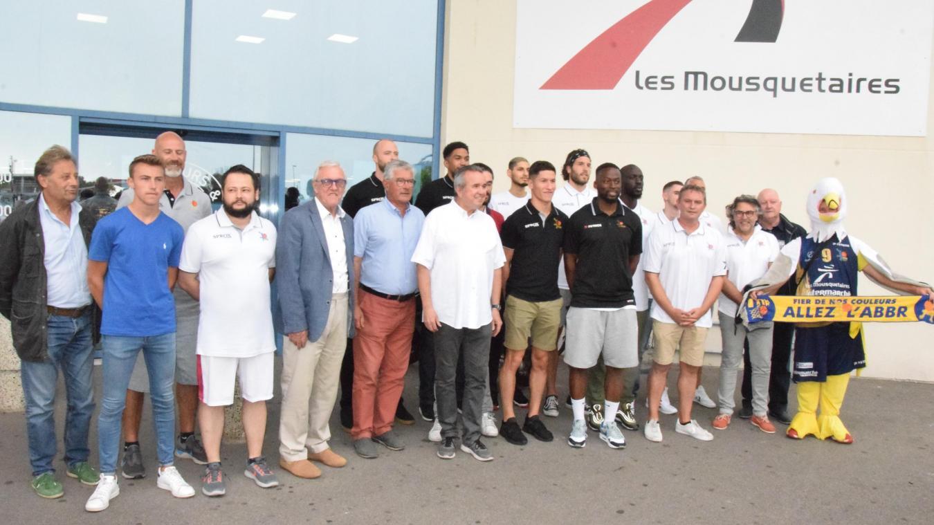 Les joueurs ont rencontré les dirigeants et supporters à l'Intermarché de Rang-du-Fliers, entre discours, verre de l'amitié et séance de dédicaces.