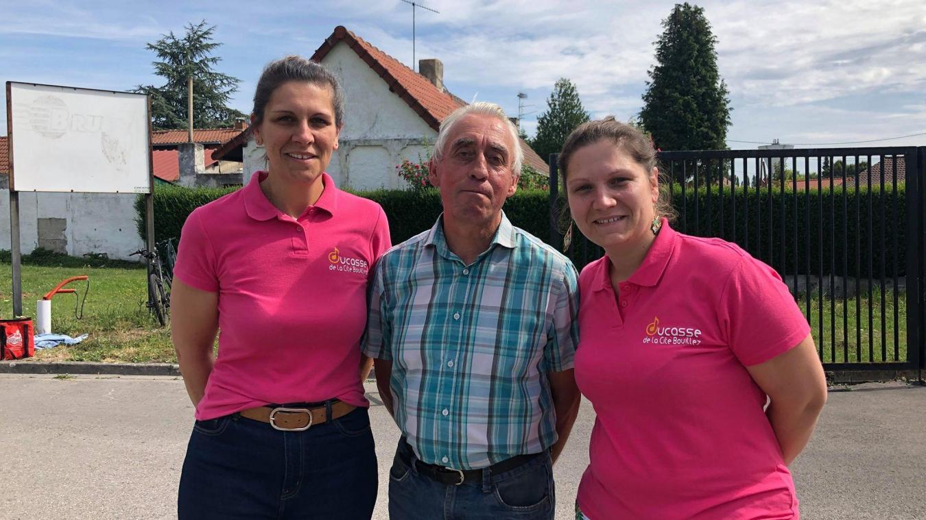 Les deux soeurs Boulenguer en compagnie de Raymond Russe qui participe depuis plus de 35 ans à la ducasse