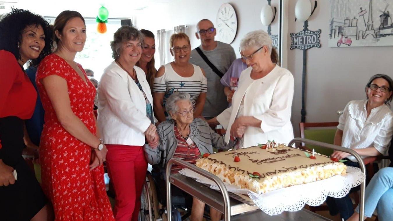 C'était le premier anniversaire d'Andréa Fruit à l'Ehpad Van Eeghem. Pour l'occasion, le personnel et les proches de la Dunkerquoise lui ont offert un gros gâteau.